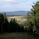 Výhled do Polska, kamsi do lesů, kde v rašeliništi pramení Divoká Orlice
