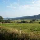 Údolí Divoké Orlice v Polsku. Napravo právě zdolaný hřeben Orlických hor.