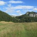 Stoupáme přes Vlkolínské louky dál do střediska Malinô Brdo. Ten kopec napravo má necelých 1000 metrů. Zdá se nám vysoký, ale za chvíli na něho budeme shlížet z výšky.
