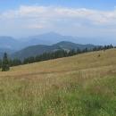 Pohled do doliny a zpátky k Ružomberku. V dáli Velký Choč a ještě ve větší dáli Babí hora.