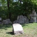 Trosky původních soch zničených bombardováním Vídně