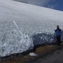 Slušná vrstva sněhu zakrývá i koncem května hřeben Krkonoš