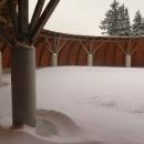 Přístřešek je sněhem zavátý.