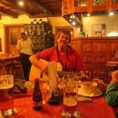 Nevadí, hodinku do odjezdu jsme strávili v příjemné hospůdce v Malé Moravě, do ouška nám hrál na kytaru sám pan majitel