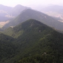 Takřka letecký pohled na Jánošíkovi díry z Malého Rozsutce