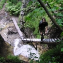 Sestupujeme po žebřících nad vysokými vodopády