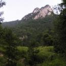 Nad údolím se tyčí krásné vápencová skály
