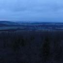 Rozhlednu dobýváme AŽ v půl páté odpoledne, pročež na kraj padla tma. Toto jsou výhledy do Polska.