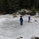 Ale mrzne a tak se děti klouzají na zamrzlém jezírku