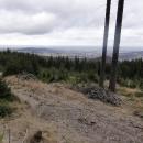 Výhled směrem ke Zlatým Horám, v dálce polské Glucholazy a Góry Opawskie, ještě dále Otmuchovské jezero