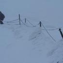 Namrzlá řezězová cesta na vrcholek Sněžky - je tolik sněhu, že jdeme na běžkách.