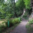 Cesty vedou i pod skalami podél Blanice