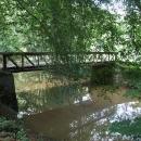Přes Blanici vede parkem několik mostů