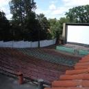 Ukryto za zámkem je letní kino, moc k zámku a parku neladí