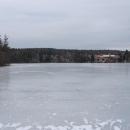 Zamrzlá hladina Jevanského rybníku