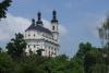 Z dálky viditelný kostel v Lužích