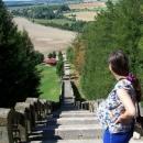 Nad schody na poutním místě Homol. Výhled od kostelíka s hřbitovem nahoře.