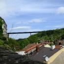 Když stoupáme k zámku ve Velkém Meziříčí, vypadá to, že dálniční most vede přímo do něj