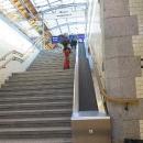 Ve Wroclawi na nádraží mají fajn pásy na zavazadla. Děti se od nich nemůžou odtrhnout.