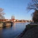 Řeka Odra a v dáli Katedrála svatého Jana Křtitele, tam jdeme
