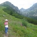 Původně jsme chtěli podniknout jen nějakou rozehřívací procházku kolem jezera, nakonec stoupáme na Predné Solisko (vlevo)