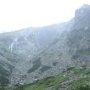 Závěr doliny - chata je odsud normálně vidět. My ji však nevidíme, což je dobře - možná bychom výstup vzdali.