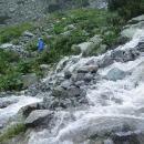 Díky dešti jsou všude potoky vody a většina lidí to tady otáčí a jde zpět