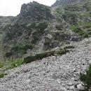 Tam kde byly cestou nahoru potoky vody, je najednou sucho, tak to jenom přeskáčeme po kamenech ...