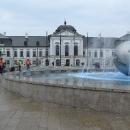 Zde stojíme na Hodžově náměstí přímo před prezidentským palácem.