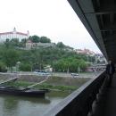 Přejíždíme Dunaj po mostě SNP, tentokrát už ale víme, že pod mostem vede cyklostezka!