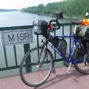 U Medvěďova stezku opouštíme, přejíždíme Dunaj a vjíždíme do Maďarska. Ještě je na fotce vidět Luďkovo nové kolo