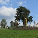 Další socha (Hraniční kámen) u vodní nádrže Pilská symbolizuje hranici mezi Čechami a Moravou