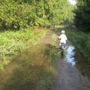 Nedělní ráno. Šárka trénuje průjezd kaluží. Jednu nezvládla, takže boty, kromě toho, že byly od bahna, se totálně nasákly vodou. Nedostatkové zboží tohoto víkendu: suché fusekle.