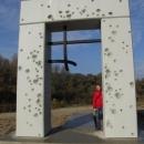 Slavo u památníku obětem železné opony