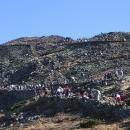 Na vrchol se dere takřka jednolitý zástup turistů, podezírám Poláky, že se sem vyvezli lanovkou