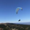 Kolem létají paraglidisté