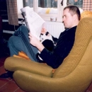 V neděli odpočíváme u novin a s Matesem na klíně :-)