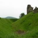 Hradní příkop (v pozadí kopce Železných hor)