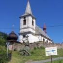 Kostel v Bartošovicích. Babičku jsme poslali údolím, my jedeme s vozíkem oklikou po asfaltu