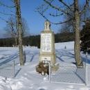 Památník na oběti první války. Z dřívějších fotek jsem zjistil, že si pamatuji ještě ruiny bývalé školy za ním.
