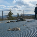 Skály na vrcholu Bradla jsou tvořeny kvarcitem a jsou vysoké až 23 metrů. Na jejich vrcholu je zábradlím jištěná vyhlídka, na kterou vedou schody vytesané do skály. Luděk říkal, že to vypadá jako hory v inverzi :-)